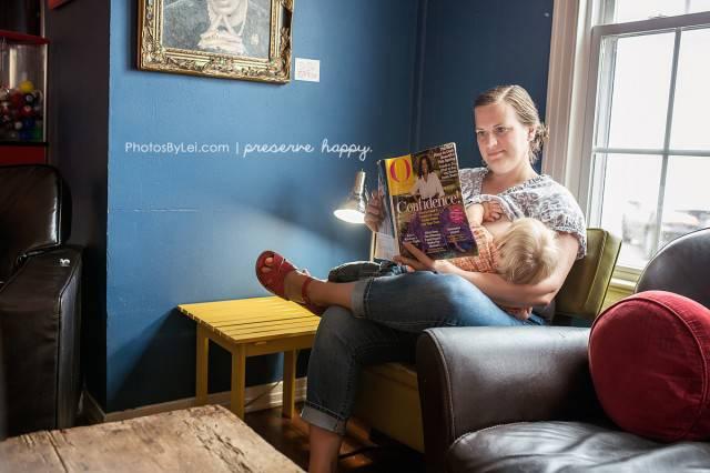 mamma allatta mentre legge
