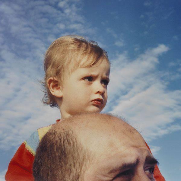 bimbo sulle spalle del papà