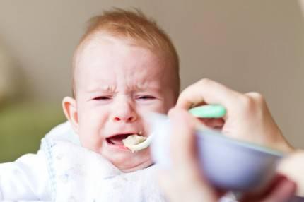 bambino che piange per mangiare