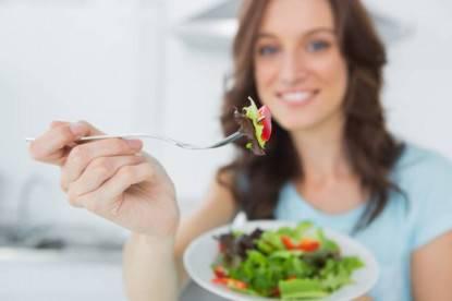 alimentazione - Brunette offering healthy salad