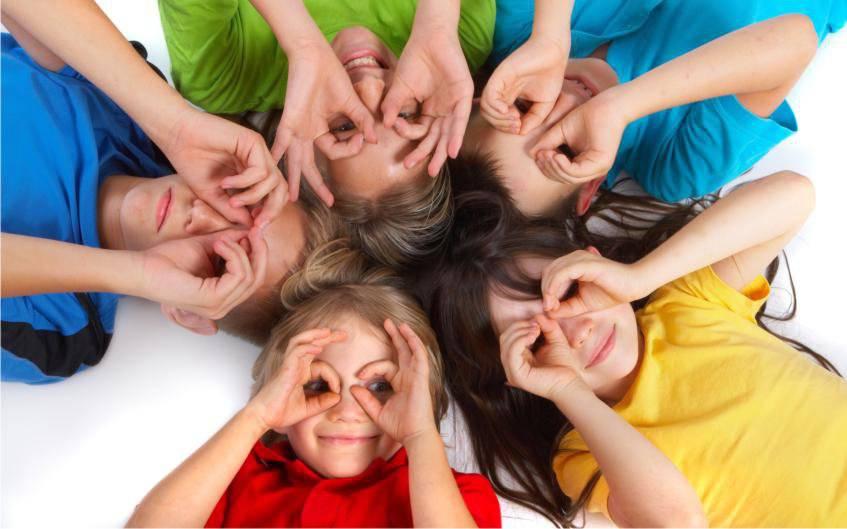 Bambini-magliette-colorate-che giocano-e-sorridono