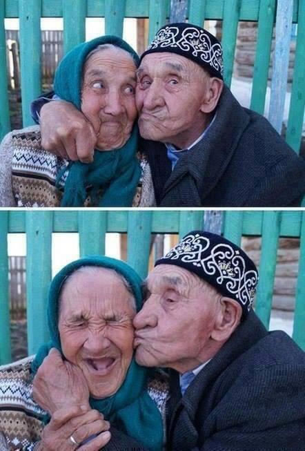 coppia anziana bacio