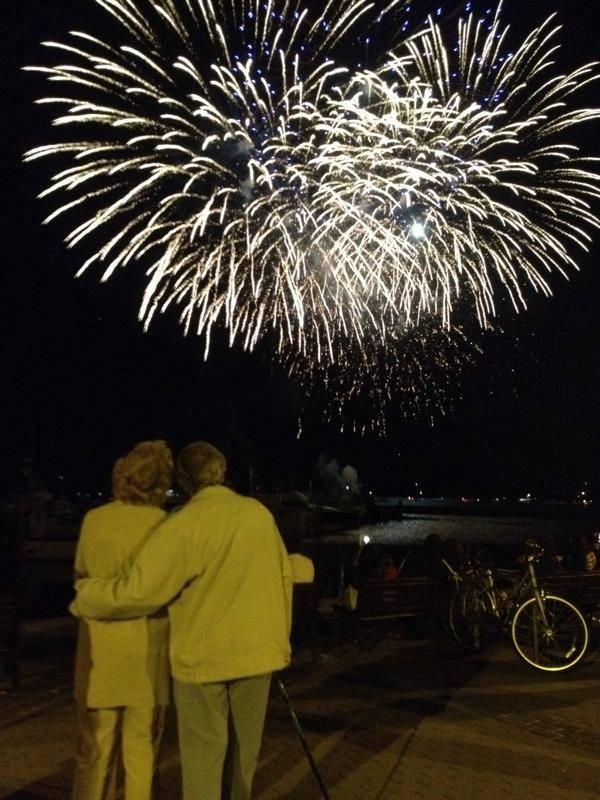 coppia anziana guarda fuochi d artificio
