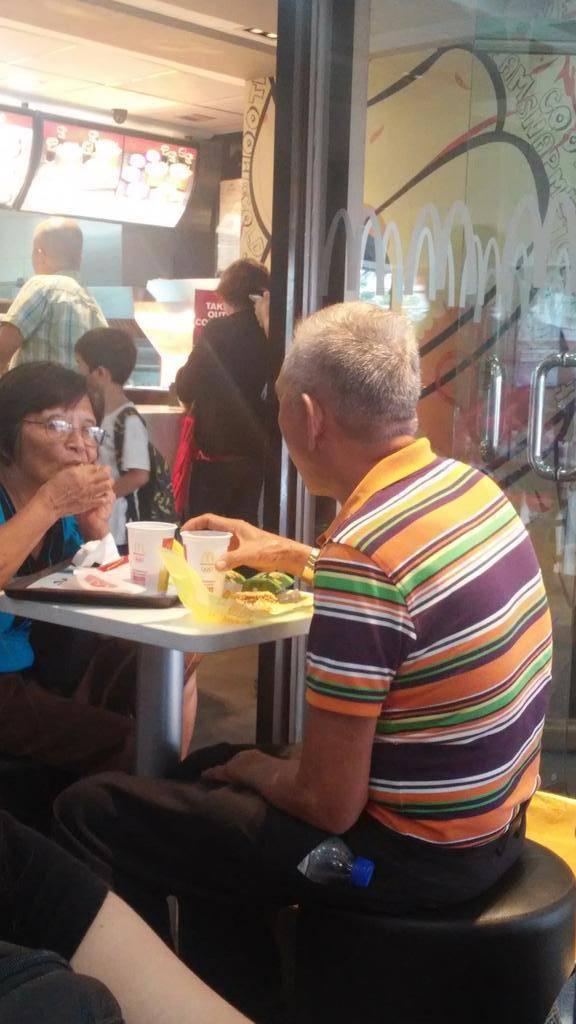 coppia anziana da mcdonald's