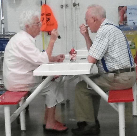 coppia anziana divide gelato