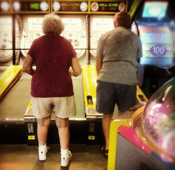 coppia anziana gioca insieme