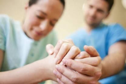 donna e uomo di stringono mano