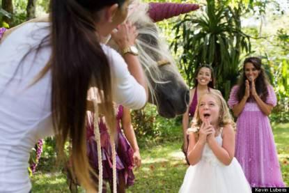 bimba con cavallo unicorno finto