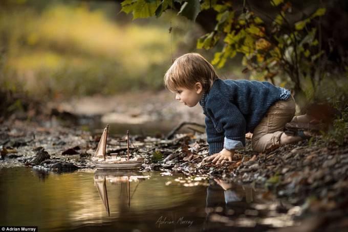 bimbo vicino a fiume
