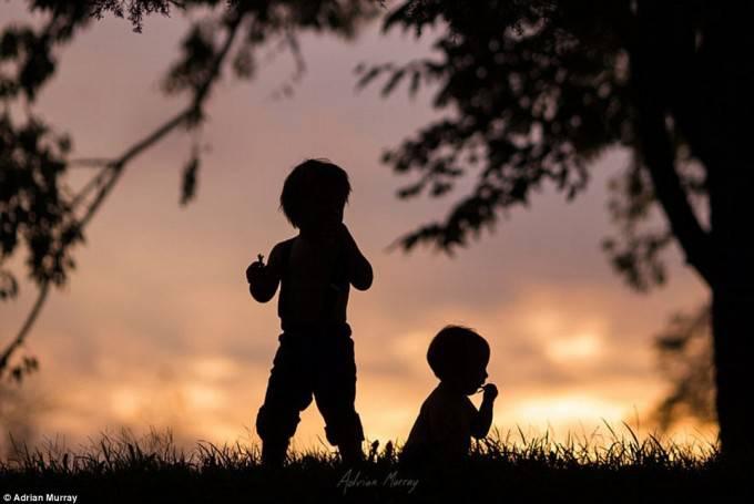 bambini di profilo al tramonto