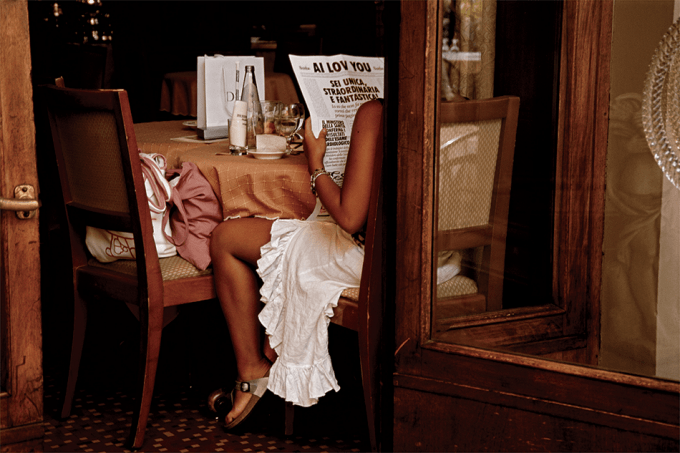 donna seduta tavolo