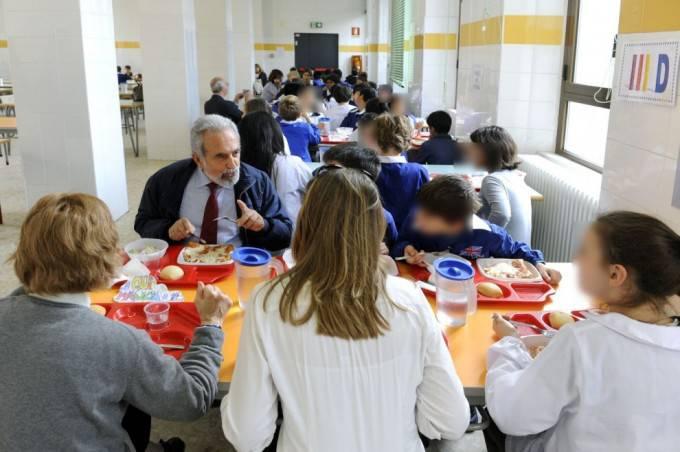 nonno pranza con ragazzi