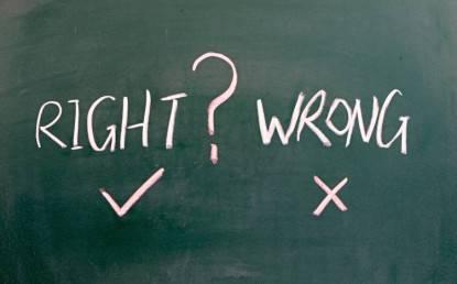 Giusto o sbagliato sulla lavagna di scuola