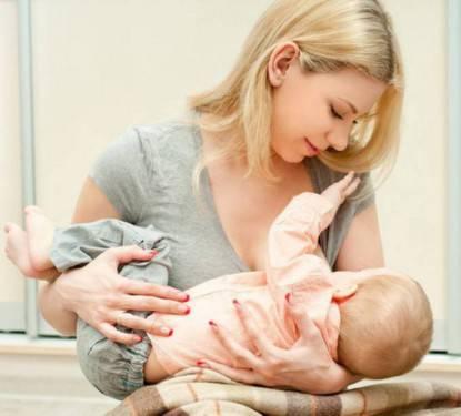 donna allatta bambino