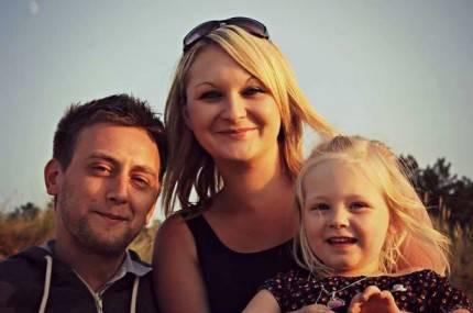 padre con moglie e figlia