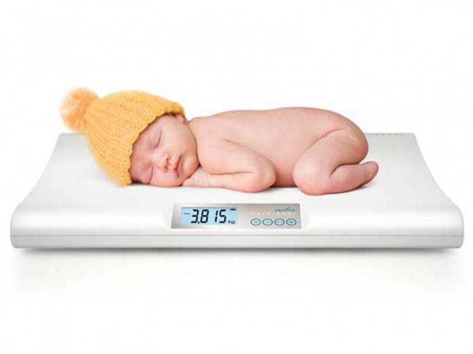 neonato sulla bilancia