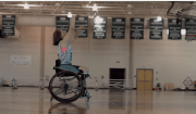 ragazza gioca basket