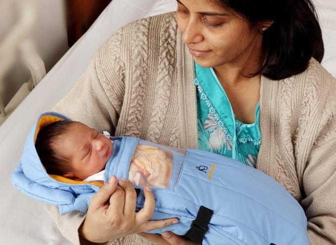 embrace warmer neonato con mamma