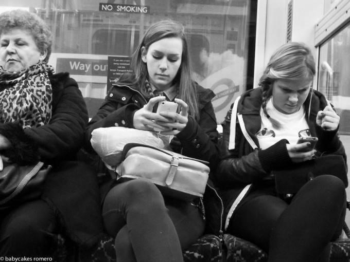 ragazze guardano cellulare