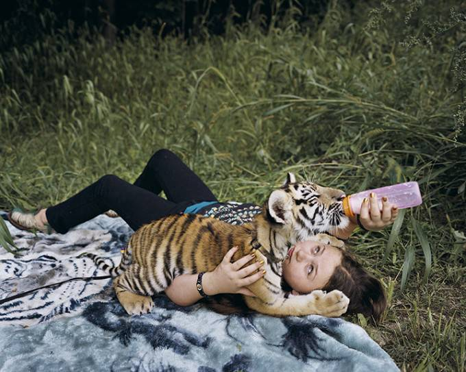ragazza con tigre