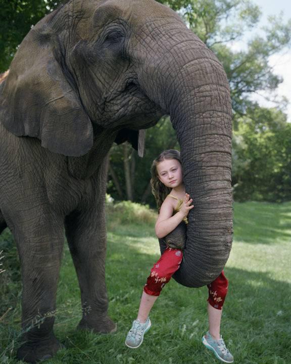 bambina con elefante