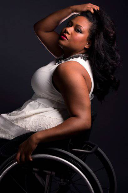 donna vestita di bianco su sedia a rotelle
