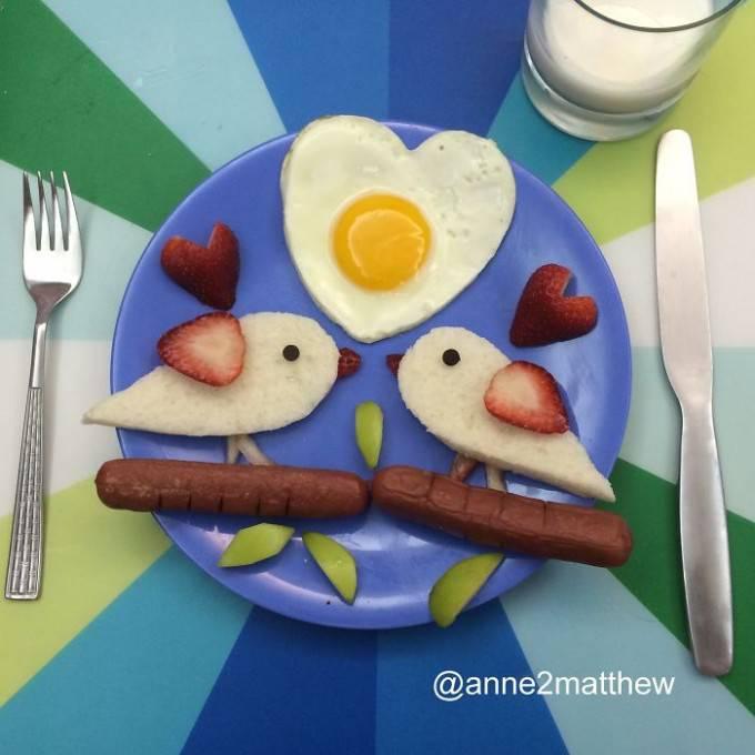 due uccellini datti con pane tostato e salsicce