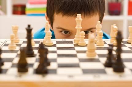 Bambino che gioca a scacchi