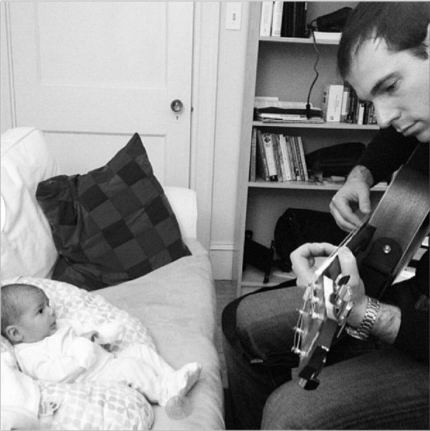 padre con bimbo suona chitarra