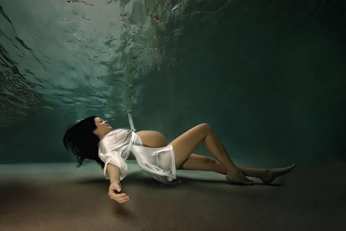 donna sdraiata sfondo acqua