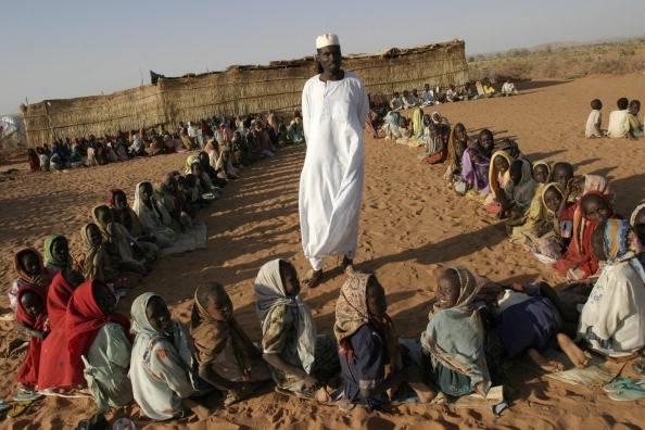 bambini sudanesi a scuola all'aperto