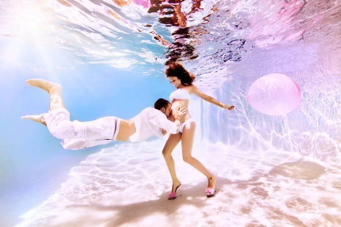 donna incinta e uomo sott acqua
