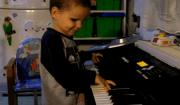 bimbo suona pianola