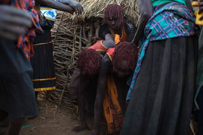 ragazze africane nel villaggio