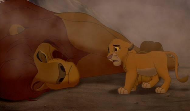 il-re-leone-simba-guarda-mufasa-morire