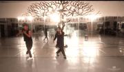 ragazzo e mamma ballano