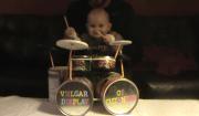 bimbo suona batteria