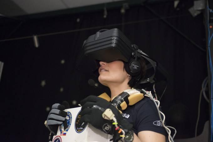Samantha Cristoforetti prova un casco virtuale