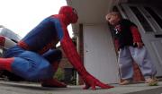 papà vestito da spiderman