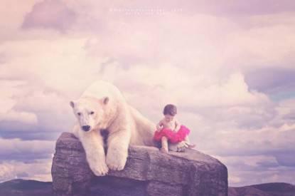 bimbo con orso bianco