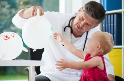 Dottore gioca con paziente