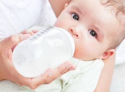 bebè con biberon
