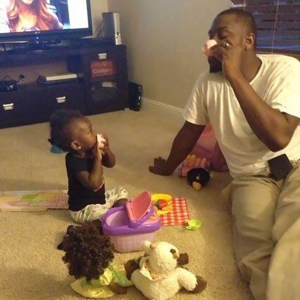 papà prende tè con figlia