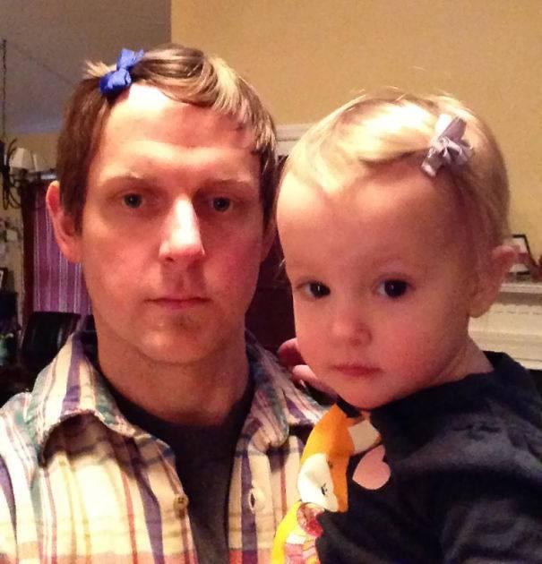 padre indossa fiocchi per capelli con figlia