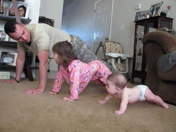 genitore e figli fanno ginnastic