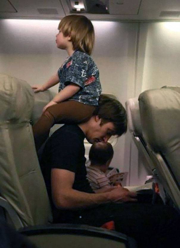 bimbo seduto sul papà