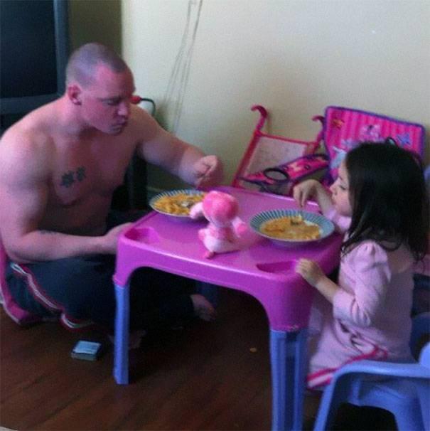 padre prende tè con la figlia