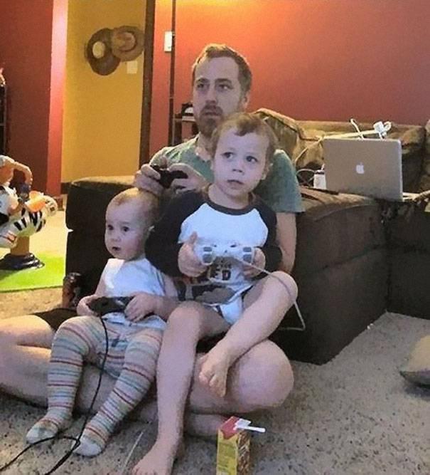 padre gioca ai videogames coi figli