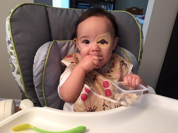 bimba mangia patatine