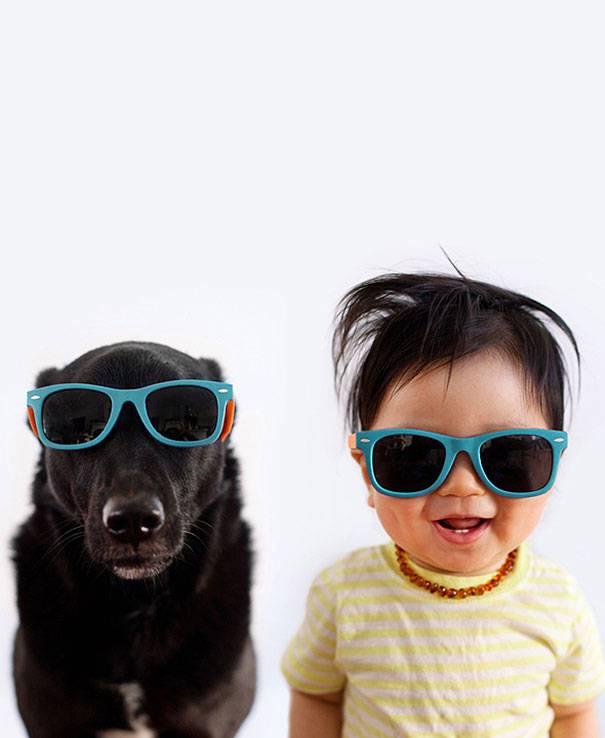 bimbo piccolo e cane randagio